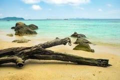 Sable d'ouverture de roche de récif et mer d'émeraude Photographie stock