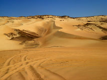Sable d'or sous le ciel royal, en Egypte Photos stock