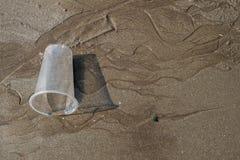 Sable de Brown sur la plage avec la texture en verre. image stock