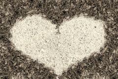 Sable de cadre d'herbe verte dans la forme de coeur Images libres de droits