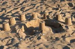 Sable de Castleof au-dessus de la plage photos stock