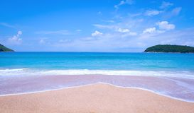Sable de mer et ciel bleu Photos libres de droits