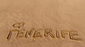Sable de plage avec le mot écrit Ténérife Photo stock