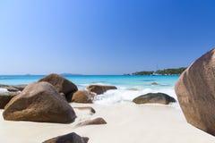 Sable de plage et Océan Indien de corail blancs d'azur. Yacht de navigation dessus Images stock