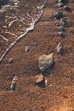 Sable de plage et plan rapproché de roches Photos libres de droits