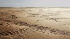 Sable de soufflement de vent au-dessus des dunes scéniques banque de vidéos