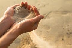Sable et doigts Photos libres de droits
