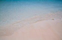 Sable et eau de mer blancs d'émeraude Photographie stock