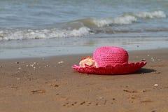 Sable et mer de chapeau image libre de droits