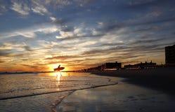 Sable et mer de Sun de surfer Photo libre de droits