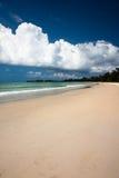 Sable et nuages à la plage de paradis photographie stock