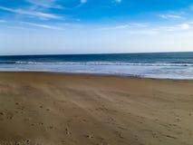 Sable et océan soufflés par vent Images libres de droits