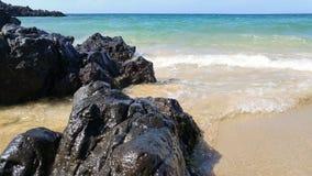 Sable et plage de roche Photos stock