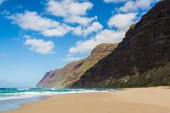 Sable et plage vides de Polihale de falaises photo stock