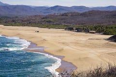Sable et ressac par l'océan pacifique images stock
