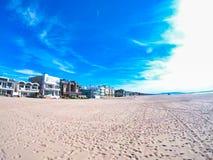 Sable gentil de plage de côte ouest et ciel bleu photo libre de droits