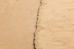 sable humide par la mer Images stock