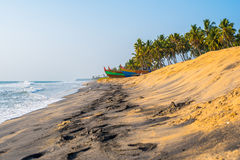 Sable jaune et noir sur une plage dans l'Inde Photo stock