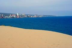Sable, mer et ville ; plage turque Photo libre de droits