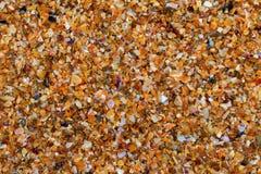 Sable multicolore sur la plage dans le jour d'été du soleil Photographie stock