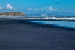 Sable noir, falaises blanches photos stock