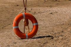 Sable, plage, bouée de sauvetage sur la plage Inventaire des sauveteurs sur la plage photo stock