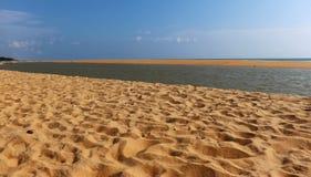 Sable sur des destinations de visite de vacances de plage photos stock