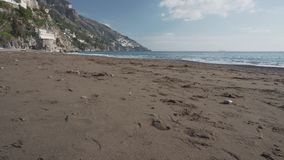 Sable sur la plage abandonnée dans Positano banque de vidéos