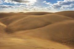 Sable tourbillonné sur les dunes d'un désert pendant la tempête photo stock
