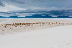 Sables blancs surréalistes du Nouveau Mexique avec des montagnes dans la distance Images libres de droits