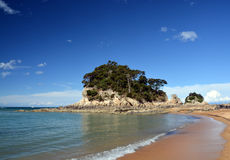 Sables et plage d'or chez Kaiteriteri, Nouvelle-Zélande. Photo stock
