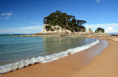Sables et plage d'or chez Kaiteriteri, Nouvelle-Zélande. Photos libres de droits