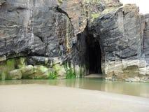 Sables noirs de roches, Porthmadog, Pays de Galles du nord image libre de droits