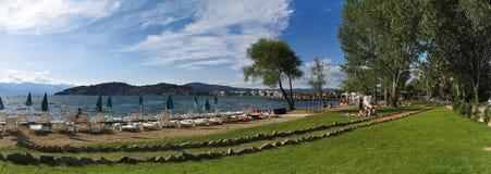 sablez la plage avec la cour de jeu d'herbe dans le compartiment de mer Image libre de droits