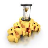 Sablier de sable sur la pile d'or de symboles monétaires du dollar Images libres de droits