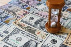 Sablier et dollars Concept - Photographie stock