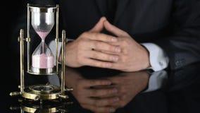 sablier Le temps s'épuise Un homme dans un procès d'affaires clips vidéos