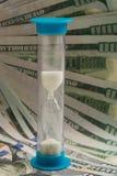 Sablier sur le fond des billets d'un dollar Image libre de droits