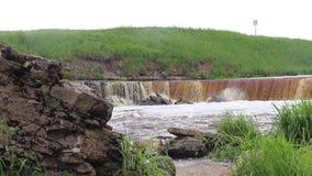 Sablinsky waterval Kleine waterval Het bruine water van de waterval Drempelwaarden in de rivier Sterke waterstroom Tapjes van stock video