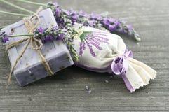 Sabão da alfazema com flores frescas Fotografia de Stock Royalty Free