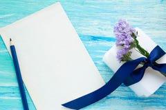 Sabão orgânico natural com as flores na tabela de madeira Imagens de Stock Royalty Free