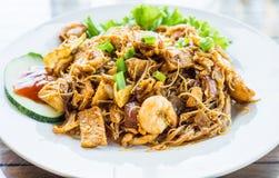 Sabor asiático, malaio e agitação indonésia Fried Noodle conhecido como & x22; Bihun Goreng& x22; com galinha, bola e camarão de  fotografia de stock