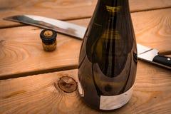Sabrage is een techniek om een champagnefles met een sabel te openen stock afbeelding
