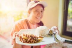 Sabroso delicioso de la comida de la calle de Tailandia del top del arroz del jazmín con la chuleta de cerdo sofrió con la hoja d Fotografía de archivo libre de regalías