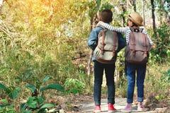 Sac à dos asiatique heureux d'enfants à l'arrière-plan de nature Images libres de droits