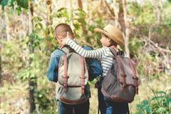 Sac à dos asiatique heureux d'enfants à l'arrière-plan de nature Photo stock