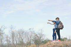 Sac à dos asiatique heureux d'enfants à l'arrière-plan de nature Photographie stock