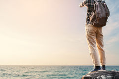 Sac à dos asiatique heureux d'homme de hippie à l'arrière-plan de mer Image libre de droits