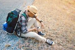 Sac à dos asiatique heureux d'homme de hippie à l'arrière-plan de nature Photo libre de droits