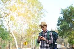 Sac à dos asiatique heureux d'homme de hippie à l'arrière-plan de nature Photos libres de droits